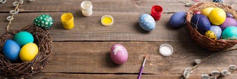 χρωματισμένο ανασκόπηση Πάσχας αυγών eps8 διάνυσμα τουλιπών μορφής κόκκινο ζωηρόχρωμα αυγά σε μια φωλιά του αχύρου και των κλάδων στοκ εικόνα