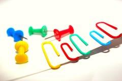 χρωματισμένο συνδετήρες γραφείου clothespin Εργαλεία για την εκπαίδευση και την εργασία Ανεφοδιασμός χαρτικών και γραφείων στοκ εικόνα με δικαίωμα ελεύθερης χρήσης