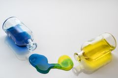 Χρωματισμένο υγρό χύσιμο στοκ φωτογραφία με δικαίωμα ελεύθερης χρήσης