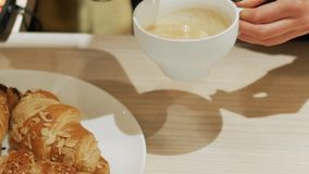 Χύνοντας αφρός γάλακτος σε ένα φλιτζάνι του καφέ Κορίτσι Barista που κάνει το cappuccino φιλμ μικρού μήκους