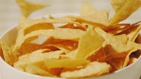 Χύνοντας tortilla τσιπ σε ένα φλυτζάνι, πυροβολισμός κινηματογραφήσεων σε πρώτο πλάνο φιλμ μικρού μήκους