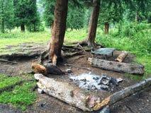 χώρος στάθμευσης για τους ταξιδιώτες κοντά στις δεύτερες λίμνες kolsai στοκ εικόνα
