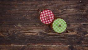 Χυμός από πορτοκάλι στο κόκκινο και πράσινο γυαλί στο ξύλινο υπόβαθρο - σταματήστε την κίνηση απόθεμα βίντεο