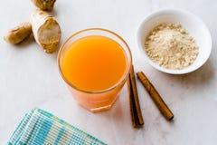 Υγιές ασιατικό ποτό Jamu με Turmeric και κανέλας το ραβδί, χυμός από πορτοκάλι στοκ φωτογραφία με δικαίωμα ελεύθερης χρήσης