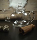 Υγιές πράσινο jasmine τσαγιού γυαλί δοχείων τσαγιού με το τσάι απογεύματος λουλουδιών τσαγιού στο υπόβαθρο κουζινών στοκ εικόνα