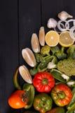 Υγιής φωτογραφία στούντιο υποβάθρου κατανάλωσης των διαφορετικών φρούτων και λαχανικών στον παλαιό ξύλινο πίνακα στοκ εικόνες με δικαίωμα ελεύθερης χρήσης