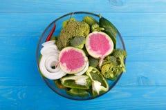 Υγιής φωτογραφία στούντιο υποβάθρου κατανάλωσης των διαφορετικών φρούτων και λαχανικών στον παλαιό ξύλινο πίνακα στοκ φωτογραφία με δικαίωμα ελεύθερης χρήσης