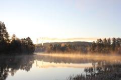 Υδρονέφωση πέρα από τον ποταμό το πρωί στοκ εικόνες