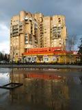 Υψηλό κτήριο σε Sloviansk Νεφελώδης καιρός στοκ εικόνα