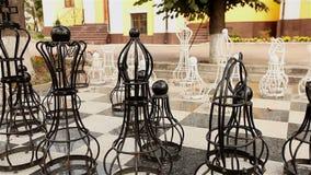 Υπαίθριος μεγάλος πίνακας σκακιού με τα melal κομμάτια, υπαίθριο σκάκι στο πάρκο, μεγάλο παιχνίδι σκακιού στο έδαφος στο πάρκο φιλμ μικρού μήκους