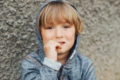 Υπαίθριο πορτρέτο του όμορφου μικρού παιδιού στοκ φωτογραφία με δικαίωμα ελεύθερης χρήσης