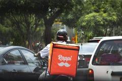 Υπηρεσία παράδοσης τροφίμων οδηγών Rappi που κολλιέται στην κυκλοφοριακή συμφόρηση στοκ εικόνα