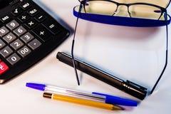 Υπολογιστής, γυαλιά, στυλοί και μολύβι στον άσπρο πίνακα στοκ φωτογραφία με δικαίωμα ελεύθερης χρήσης