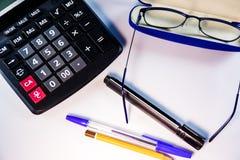 Υπολογιστής, γυαλιά, στυλοί και μολύβι στον άσπρο πίνακα στοκ φωτογραφίες με δικαίωμα ελεύθερης χρήσης