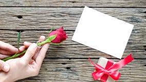 Υπόβαθρο ημέρας βαλεντίνου με τα κόκκινα τριαντάφυλλα στοκ φωτογραφία