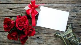 Υπόβαθρο ημέρας βαλεντίνου με τα κόκκινα τριαντάφυλλα στοκ εικόνες με δικαίωμα ελεύθερης χρήσης