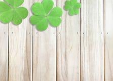 Υπόβαθρο ημέρας του ST Πάτρικ με τα πράσινα τριφύλλια στην ξύλινη σύσταση στοκ φωτογραφίες