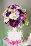 Υπόβαθρο με τα ζωηρόχρωμα λουλούδια στο βάζο, και κενή ετικέττα για το κείμενο τοποθετήστε το κείμενο στοκ φωτογραφία με δικαίωμα ελεύθερης χρήσης