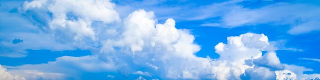 Υπόβαθρο μπλε ουρανού με τα μικροσκοπικά άσπρα σύννεφα 1200s 600 anasazi προγονικό αρχαιολογικό αποκαλούμενο Κολοράντο cortez αργ στοκ εικόνα