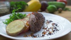 Υπόβαθρο τροφίμων από το καρύκευμα και ψημένη στη σχάρα μπριζόλα κρέατος στον ξύλινο πίνακα Σύνθεση τροφίμων bbq στο εστιατόριο κ απόθεμα βίντεο