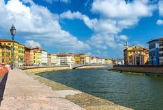 Υπόλοιπος κόσμος των παλαιών ζωηρόχρωμων σπιτιών κτηρίων στον περίπατο αναχωμάτων του ποταμού Arno, Ponte Di Mezzo γέφυρα στο ιστ στοκ εικόνα με δικαίωμα ελεύθερης χρήσης