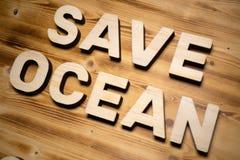ΩΚΕΆΝΙΕΣ λέξεις SAVE που γίνονται με τις δομικές μονάδες που βρίσκονται στον ξύλινο πίνακα στοκ φωτογραφίες με δικαίωμα ελεύθερης χρήσης