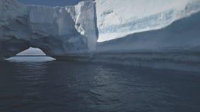 Ωκεάνιο seascape νερού της Ανταρκτικής αψίδων παγόβουνων απόθεμα βίντεο