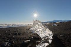Πάγος παγετώνων στον ήλιο στην παραλία Ισλανδία Ευρώπη διαμαντιών στοκ φωτογραφίες με δικαίωμα ελεύθερης χρήσης