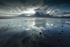 Πάγωμα waterscape στο πιάσιμο του χειμώνα στοκ εικόνες