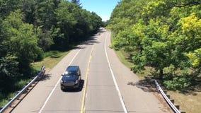 Πέρασμα αυτοκινήτων κάτω από overpass απόθεμα βίντεο