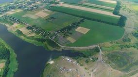 Πέταγμα πέρα από τους τομείς και τον ποταμό απόθεμα βίντεο