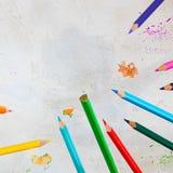 Πέταγμα Pecils των διαφορετικών φωτεινών χρωμάτων στο γκρίζο υπόβαθρο τσιμέντου, παιδί, παιδιά, εκπαίδευση, διαγώνιος, διάστημα α στοκ εικόνα