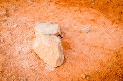 Πέτρες που καλύπτονται στο κόκκινο χώμα στοκ εικόνες