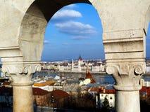 Πέτρινη αψίδα στη Βουδαπέστη με το Κοινοβούλιο στην απόσταση στοκ εικόνες με δικαίωμα ελεύθερης χρήσης