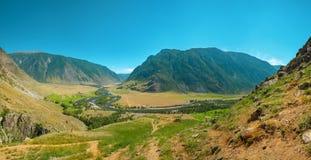 Πέτρινοι βράχοι μανιταριών στα βουνά Altai κοντά στον ποταμό Chulyshman Σιβηρία, Ρωσία στοκ εικόνες με δικαίωμα ελεύθερης χρήσης