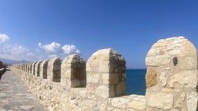 Πέτρινος τοίχος μέσα στο φρούριο Τοίχος του αρχαίου μεσαιωνικού φρουρίου Παχύς πέτρινος τοίχος του μεσαιωνικού φρουρίου απόθεμα βίντεο