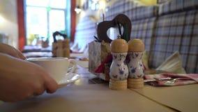 Πίνακας που εξυπηρετείται στα ιταλικά εστιατόριο απόθεμα βίντεο