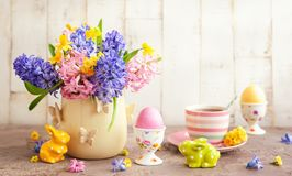 Πίνακας προγευμάτων Πάσχας με τα λουλούδια και το ντεκόρ Πάσχας στοκ εικόνα με δικαίωμα ελεύθερης χρήσης