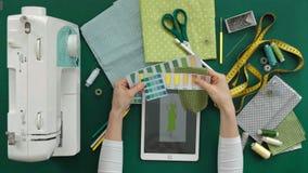 Πίνακας seamstress των ενδυμάτων σχεδιαστών, τοπ άποψη, πράσινο υπόβαθρο απόθεμα βίντεο