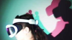 Πίσω κοριτσιών άποψης στην κάσκα VR με τη χρωματισμένη σκιά απόθεμα βίντεο