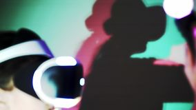 Παίζοντας κορίτσι στη χυτή κάσκα χρωματισμένη περίληψη σκιά VR φιλμ μικρού μήκους