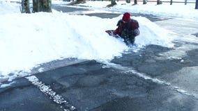 παίζοντας νεολαίες χιονιού κοριτσιών απόθεμα βίντεο