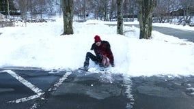 παίζοντας νεολαίες χιονιού κοριτσιών φιλμ μικρού μήκους