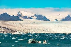 Παγετώδεις λιμνοθάλασσα Jokulsarlon και πάγος Vatnajokull στοκ εικόνες