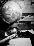 Παγκόσμια σφαίρα με τη ζωηρόχρωμη καρφίτσα διάστημα αντιγράφων Ιδέες και χρήση έννοιας στοκ φωτογραφία