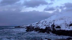 Παγωμένοι βράχοι στη θάλασσα Barents, χειμερινό βράδυ Η Αρκτική, Ρωσία φιλμ μικρού μήκους