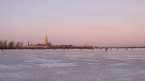 Παγωμένος η Αγία Πετρούπολη ποταμός Neva Άποψη του Peter και του φρουρίου του Paul απόθεμα βίντεο