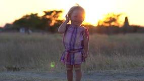 παιδί χαρούμενο Ένα ευχαριστημένο παιδί απολαμβάνει τη φύση Γέλιο παιδιών ` s απόθεμα βίντεο