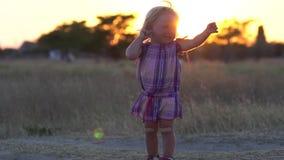 παιδί χαρούμενο Ένα ευχαριστημένο παιδί απολαμβάνει τη φύση Συγκινήσεις παιδιών ` s απόθεμα βίντεο