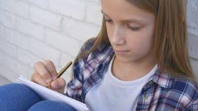Παιδί που γράφει, μελετώντας, στοχαστικό παιδί, σκεπτική μαθαίνοντας μαθήτρια σπουδαστών στοκ φωτογραφία με δικαίωμα ελεύθερης χρήσης